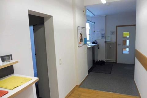 Flur (1.OG) Helle Praxis- od. Büroräume im Zentrum, 290m² Nutzfl. über 2 Etagen, Dachterrasse, ab 1.1.2022 frei!