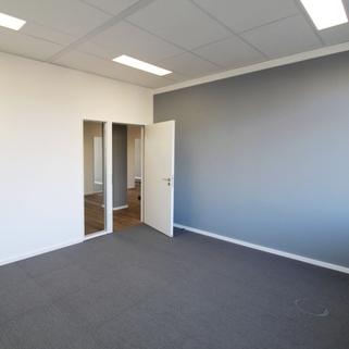 Innen Effiziente Büroflächen mit sonnigen Innenhöfen