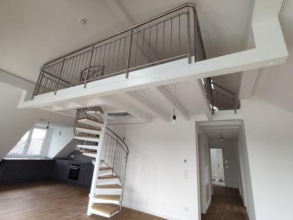 Aufgang zur Galerie Erstbezug: Dachterrassenwohnung mit Galerie und exkl. Marken-Einbauküche!