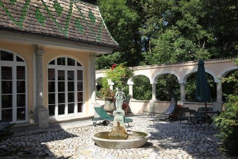 Romantische Terrasse Wohntraum historisches Schlössel am Ammersee, kernsaniert, auf 5.000 qm uneinsehbarem Grund