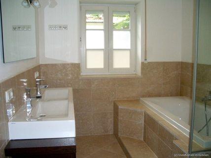 Hauptbad Haus im Haus mit Altbaucharme und Gartenanteil - komplett renoviert - schöne Lage / Menterschwaige