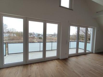 Blick Erstbezug: Dachterrassenwohnung mit Galerie und exkl. Marken-Einbauküche!