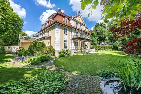 Süd-Westansicht der Villa Rarität: Exquisite historische Villa in Toplage