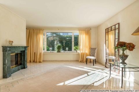 Wohnzimmer mit Kamin WALSER: Großzügiges, top-gepflegtes Einfamilienhaus in Oberhaching