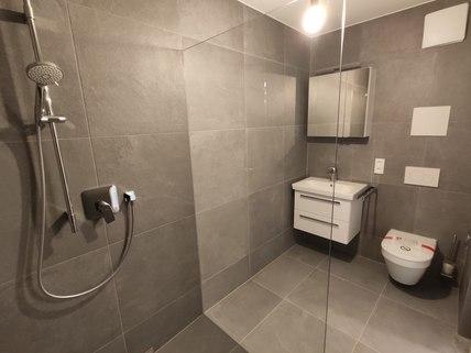 Duschbad Erstbezug: Erdgeschosswohnung mit EBK, Hobbyraum und Garten! !