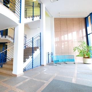 Foyer Repräsentativ und umgeben von viel Grün