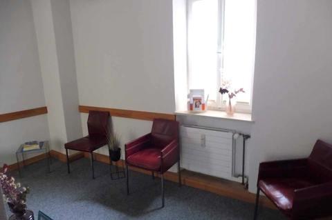 Wartebereich (1.OG) Helle Praxis- od. Büroräume im Zentrum, 290m² Nutzfl. über 2 Etagen, Dachterrasse, ab 1.1.2022 frei!