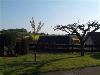 Gartenansicht Schicke Wohnung mit Garten, Terrasse, Stellplatz und wunderschönem Ausblick ins Tal