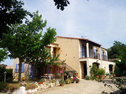 Typisch Provence Südfrankreich?... Warum eigentlich nicht?!<br /> <br /> Anwesen mit 3 Wohnungen und Pool in ruhiger Lage.