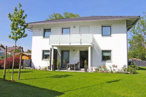 Hausansicht -VERKAUFT- Neuwertiges Einfamilienhaus mit großem Garten in Ortsrandlage von Feldkirchen