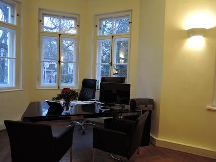 Behandlungszimmer mit Erker Praxisräume der Extraklasse in Stilaltbau