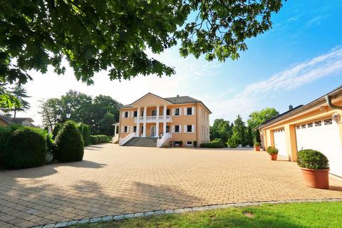 Blick auf den Vorhof mit Garagen und dem Anwesen im Hintergrund Herrschaftliches Villenanwesen mit Parkanlage