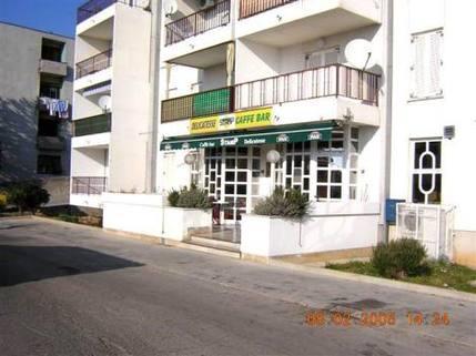 PHR0033_mvc-001f.jpg Restaurant mit Terasse und Parkplatz