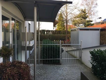 Hauszugang Mit Blick in den Park: Helle 3-Zi-Wohnung im 1.OG mit EBK, 2 Bäder und 2 große Balkone!