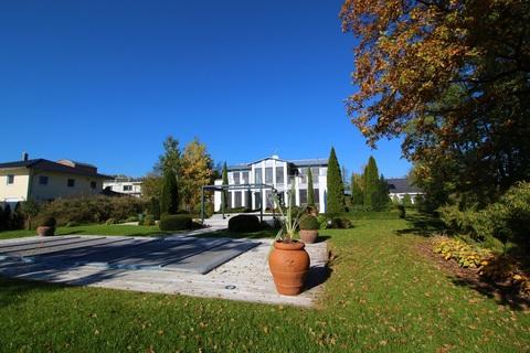 Bild 2 Moderne, lichtdurchflutete Villa mit Pool
