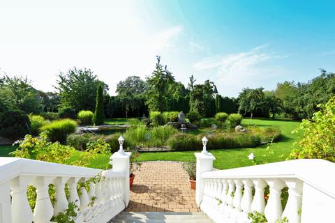 Blick Richtung Garten & Schwimmteich Herrschaftliches Villenanwesen mit Parkanlage