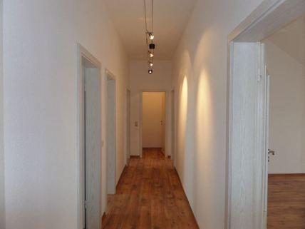 Diele zu allen Zimmern 3-Zimmer-DG-Wohnung mit Süd-Terrasse, neuer EBK, in München-Milbertshofen zum Selbstbezug
