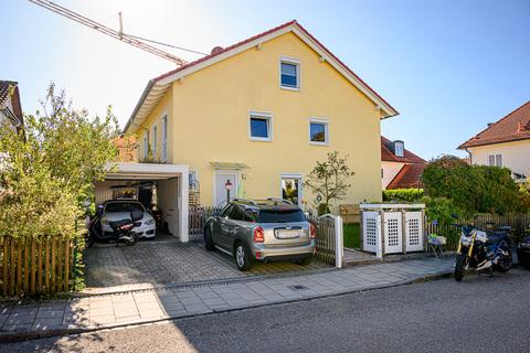 Zufahrt Haus Krailling: Schöne DHH mit hochwertiger Ausstattung in ruhiger Lage zu verkaufen