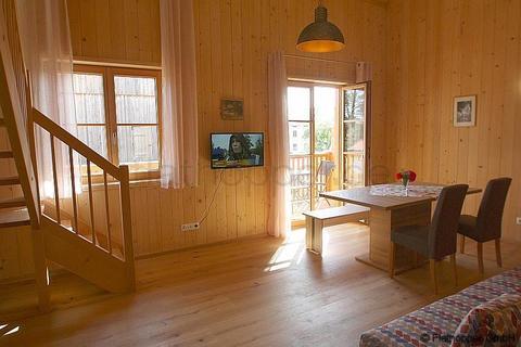 Bild 2 FLATHOPPER.de - 1,5 Zimmer-Galerie-Wohnung im Holzhaus mit Balkon -  bei Otterfing