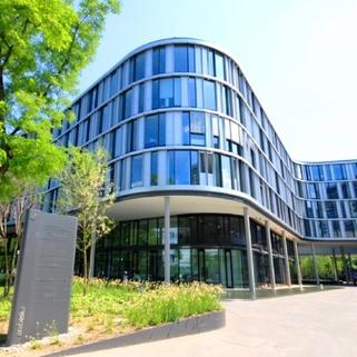 Außen Formvollendete Büros in elegantem Neubau