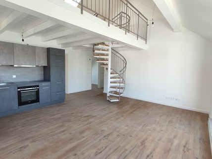Wohnen Erstbezug: Dachterrassenwohnung mit Galerie und exkl. Marken-Einbauküche!