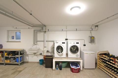 Technikraum mit Waschmaschine -VERKAUFT- Neuwertiges Einfamilienhaus mit großem Garten in Ortsrandlage von Feldkirchen