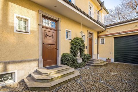 Der linke Hauseingang führt in die vom Eigentümer genutzte Einheit, der rechte zu den sechs weiteren Wohnungen Rarität: Exquisite historische Villa in Toplage