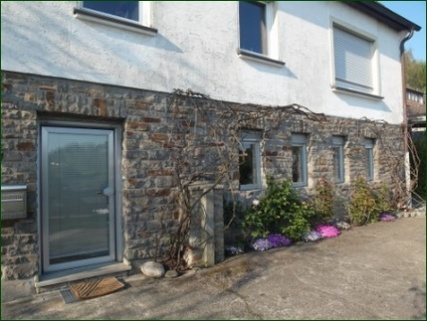 Eingang zur möblierten Wohnung AbacO: Schicke Wohnung mit Garten, Terrasse, Stellplatz und wunderschönem Ausblick ins Tal