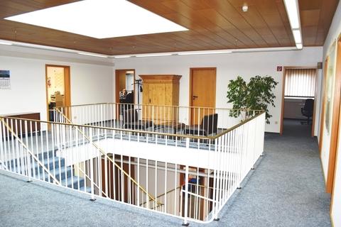 Empore mit Lichtkuppel Vielseitig nutzbares Gewerbeanwesen für Büro-/Verwaltung, Produktion oder Lagerhaltung!