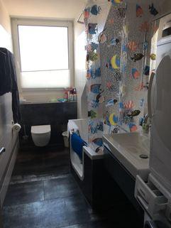 Badezimmer mit Fenster 3-Zimmer-DG-Wohnung mit Süd-Terrasse, neuer EBK, in München-Milbertshofen zum Selbstbezug