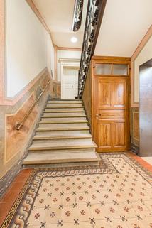 Repräsentatives Treppenhaus Exzellent sanierte 3,5-Zimmer-Dachgeschoss-Wohnung in prächtigem Stadtpalais