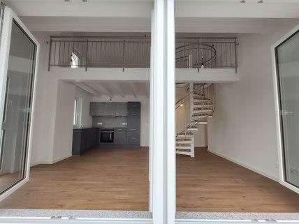 Blick in Wohnraum Erstbezug: Dachterrassenwohnung mit Galerie und exkl. Marken-Einbauküche!