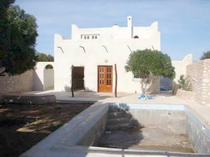 MA0055_mvc-001f.jpg Haus in Wohngebiet mit Garten und Swimmingpool.