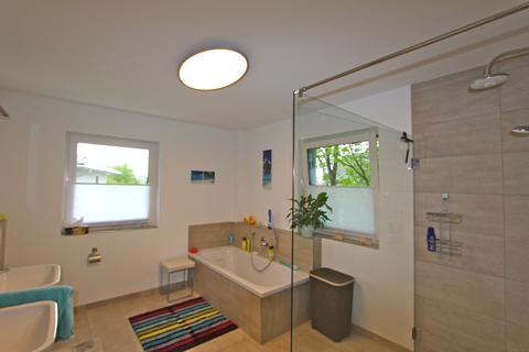 Bad OG -VERKAUFT- Neuwertiges Einfamilienhaus mit großem Garten in Ortsrandlage von Feldkirchen