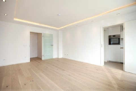 Anderer Blick durchs Wohnzimmer Luxuriös renovierte 1-Zi.-Whg. mit Süd-Balkon und separater Küche mit Fenster in Planegg
