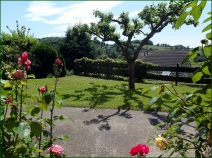 Blick in den Garten AbacO: Schicke Wohnung mit Garten, Terrasse, Stellplatz und wunderschönem Ausblick ins Tal