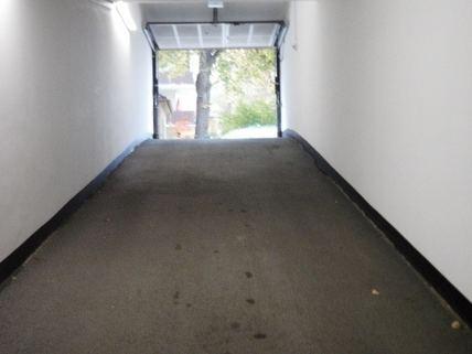 Fahrbahn_Antirutschbelag Günstige TG-Stellplätze (1-2 Stück) in Bogenhausen in kleiner Wohnanlage