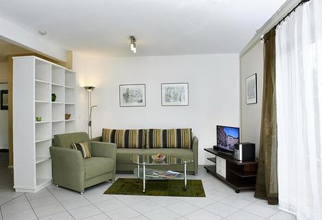 Bild 1 FLATHOPPER.de - Mitten im Grünen: 2-Zimmer-Wohnung mit Terrase, Garten und Parkplatz in Bad Endorf