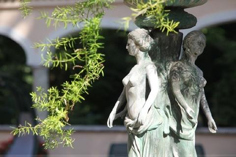 Künstlerische Preziosen Wohntraum historisches Schlössel am Ammersee, kernsaniert, auf 5.000 qm uneinsehbarem Grund