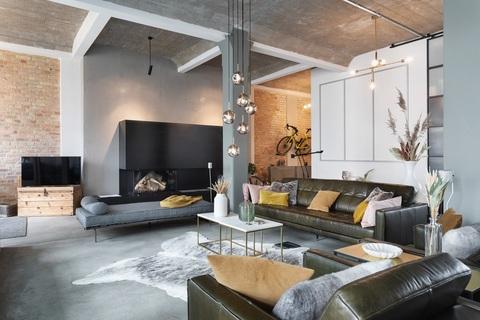 Livingbereich mit Kamin Berlin-Friedrichshain: wunderschöne, helle 3 Zimmer Wohnung inkl. maßgefertigter Inneneinrichtung zu verkaufen