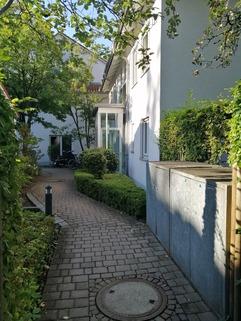 Zugang zum Haus Maisonettewohnung mit Gartenanteil, Terrasse, Balkon u. TG-Stellplatz in ruhiger Lage, Obermenzing