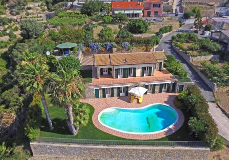 Ansicht Moderne Villa in Ospedaletti