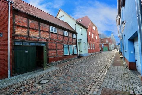 Einfahrt zum Innenhof Kapitalanleger aufgepasst! Lukratives Wohn- und Geschäftshaus  im Zentrum der Warbelstadt Gnoien!