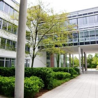 Innenhof2 So arbeitet man heute ... Chices Büro mit Dachterrasse