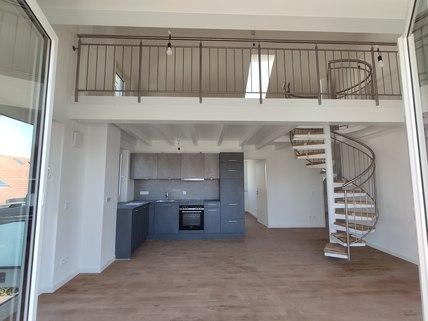 Blick ins Wohnzimmer Erstbezug: Dachterrassenwohnung mit Galerie und exkl. Marken-Einbauküche!