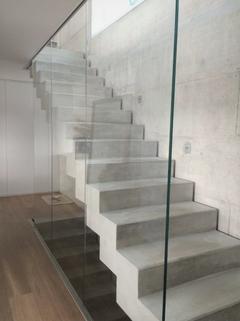 Design-Treppe EG-OG Verkauft: Sehr große und modern geplante Doppelhaushälfte in OTTOBRUNN