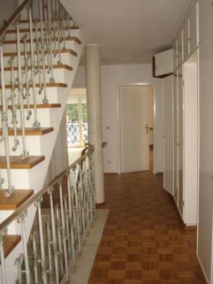 Treppenhaus großzügiges Einfamilienhaus mit Garten und Pool in Krailling zu vermieten