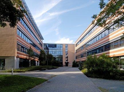 Gebäudeansicht Südseite Repräsentatives Bürogebäude in der Leopoldstraße, Büroräume von 14 m² bis 10800 m²