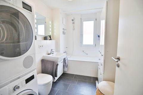 Bad mit Wanne **Helle und moderne 3 - Zimmer - Wohnung mit sonnigem Balkon zum Wohlfühlen**
