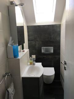Gäste-WC mit Fenster 3-Zimmer-DG-Wohnung mit Süd-Terrasse, neuer EBK, in München-Milbertshofen zum Selbstbezug